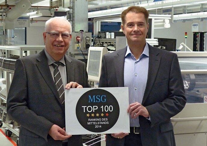 Bernhard en Michael Juchheim met de prijs als Top 100 middelgroot bedrijf door MSG