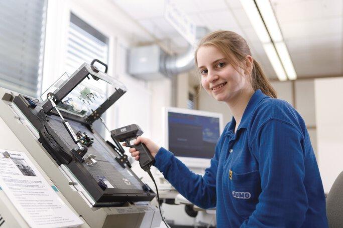 Auszubildende zur Industrieelektronikerin