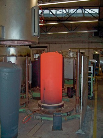 Bell furnace during removal of the heating mantle during the cooling phase